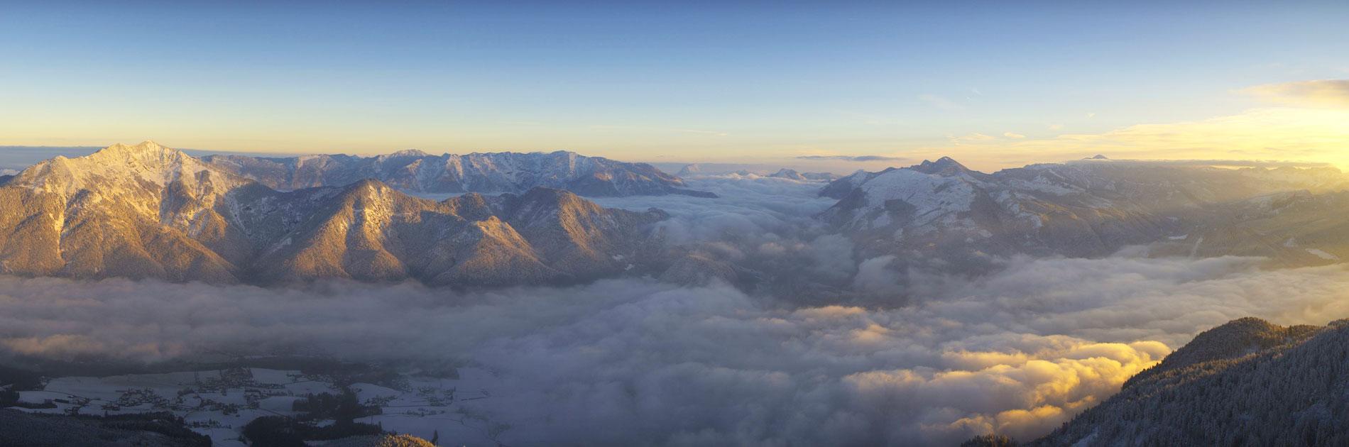 Panoramablick auf Bad Ischl und die umliegende Berglandschaft vom Katrin Gipfel aus